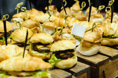 Små hamburgare på trä royaltyfria foton