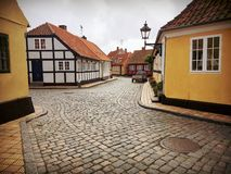 Små hus i en liten gammal by bornholm Danmark arkivfoton
