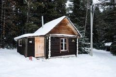 Små hus i nationalparken av Taganay i Ryssland på de södra Uralsna Med ljus under natten royaltyfri foto