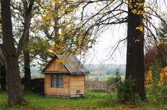 Små hus och träd fotografering för bildbyråer