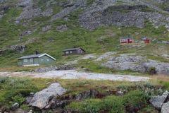 Små hus på berget, nära Trollstigenen i Norge Royaltyfri Foto