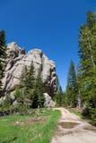 Små jäklar står högt Trailhead royaltyfria foton