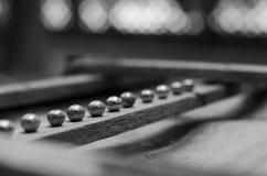 Små järnbollar ligger på ett träbräde Arkivbild