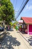 Små kaféer och shoppar på det thailändskt Royaltyfria Bilder