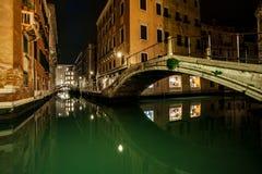 Små kanal och broar i lagunstaden venice på natten långt e arkivbild