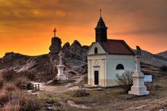 Små kapell och statyer i solnedgången på Budaörs, Ungern royaltyfri bild