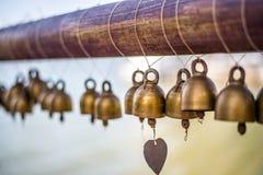 Små klockor hängdes på templet Arkivbilder