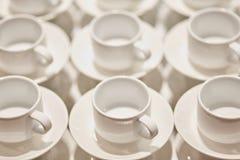 Små koppar för vitt kaffe catering close upp arkivbilder