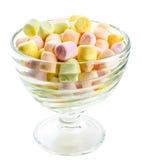 Små kulöra pösiga marshmallower i en glass bunke Royaltyfri Fotografi