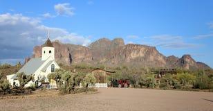 Små kyrkliga vidskepelseberg som ser upp från den Apache föreningspunkten, Arizona Fotografering för Bildbyråer