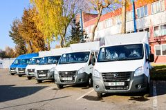 Små lastbilar, skåpbilar, kurirminibussar DAP, DDP enligt leveransuttrycken av Incoterms 2010 Vitryssland Minsk, Augusti 13, 2018 royaltyfria bilder