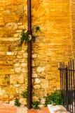 Små medeltida gator av San Gimignano i Tuscany - 10 Royaltyfri Foto