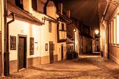 Små medeltida hus i den guld- gränden vid natt, Prague slott, Tjeckien arkivfoto