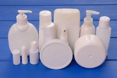 Små medicinflaskor av skönhetsmedel, kosmetiska flaskor, sortiment av den kosmetiska flaen Fotografering för Bildbyråer