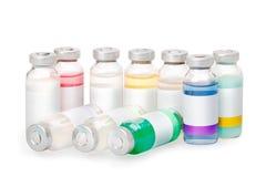 Små medicinflaskor med kulöra vikter Arkivbilder
