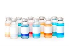 Små medicinflaskor med kulöra vikter Royaltyfri Fotografi