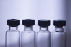 Små medicinflaskor utan läkarbehandlingen i rad Royaltyfri Foto