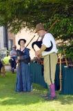 Små Moreton Hall Tudor musiker som spelar säckpipa Arkivfoto