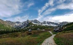 Små mycket små trähus i Tatra berg under vårsolen, Tatras, Polen fotografering för bildbyråer
