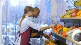 Små och medelstora företagägare fyller bär frukt upp lagringskuggar lager videofilmer