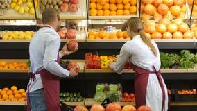 Små och medelstora företagägare som ordnar livsmedel på lagret lager videofilmer