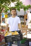 Små och medelstora företagägare som säljer organiska frukter. Royaltyfri Foto