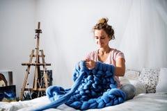 Små och medelstora företag av en ung kvinna fotografering för bildbyråer