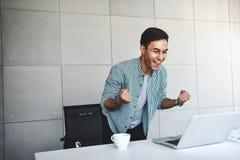 Små och medelstora företag och lyckat begrepp Ung asiatisk affärsman Glad som mottar goda nyheter eller höga vinster royaltyfria bilder