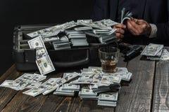 små och medelstora företagbegrepp Manen passar in maffia framställning av pengar Affärsmanarbete i revisorkontor begreppsmässig w fotografering för bildbyråer