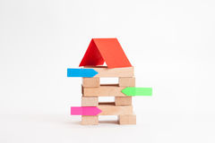 Små och medelstora företagbyggnad med den wood kuben och klistermärken Arkivbild