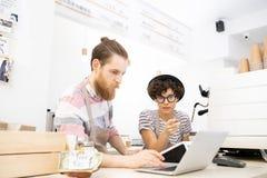 Små och medelstora företagentreprenörer som analyserar försäljningar i egen coffee shop arkivfoton