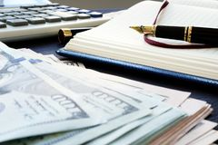 Små och medelstora företagredovisning Hög av pengar, anmärkningen och pennan royaltyfri fotografi