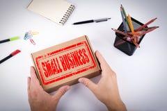 Små och medelstora företagstämpel Kurir levererad ask till kontoret Fotografering för Bildbyråer