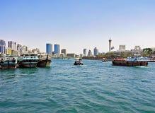 Små och stora skepp seglar på Dubaiet Creek i Förenadeen Arabemiraten Royaltyfri Bild