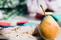 Små päron och trådar av pärlor arkivfoto