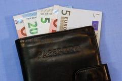 Små pappersräkningar i en svart plånbok Arkivbilder