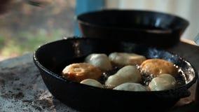 Små pastejer stekas i olja i en stekpanna Royaltyfria Foton