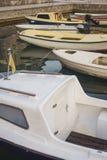 Små plast- fartyg som förtöjas på pir En tyst morgon på en fiskepir, motoriska fartyg och fartyg vid kusten Royaltyfri Bild