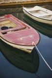 Små plast- fartyg som förtöjas på pir En tyst morgon på en fiskepir, motoriska fartyg och fartyg vid kusten Arkivfoton