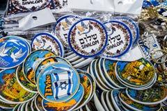 Små plattor för magnet med den Shalom (fred) försäljningen på Carmel Market, populär marknadsplats i Tel Aviv israel arkivbilder