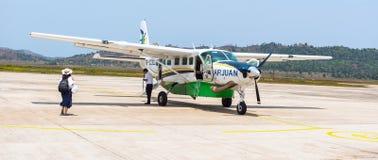 Små privata 9 placerar populärast transport för flygplanet på Palawans i den Busuanga flygplatsen i den Coron privinceBusuanga ön Arkivfoton
