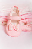 Små rosa färger behandla som ett barn skor och behandla som ett barn kläder Fotografering för Bildbyråer