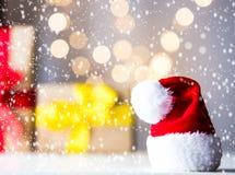 Små Santa Claus Hat och gåvor med fen Ligths arkivbilder