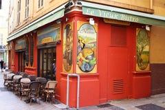 Små sceniska målade bistroer i Nice, Frankrike Royaltyfri Fotografi