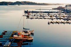 Små segelbåtar i hamnen Arkivbild