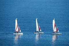 Små segelbåtar i havet arkivfoton
