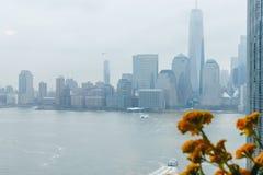 Små segelbåtar som kryssar omkring i den New York hamnen i dåligt väder fotografering för bildbyråer