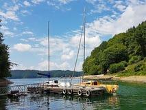 Små seglingyachter av kust- navigering förtöjas på pir i en pittoresk hamn Prestigefull och sund livsstil Recr arkivfoto