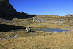 Små sjö och berg i Pyrenees Tramacastilla de Tena Royaltyfri Fotografi