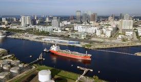 Små skepp för Tug Boats Do Double Duty lastbilstransporttransport i port royaltyfri fotografi